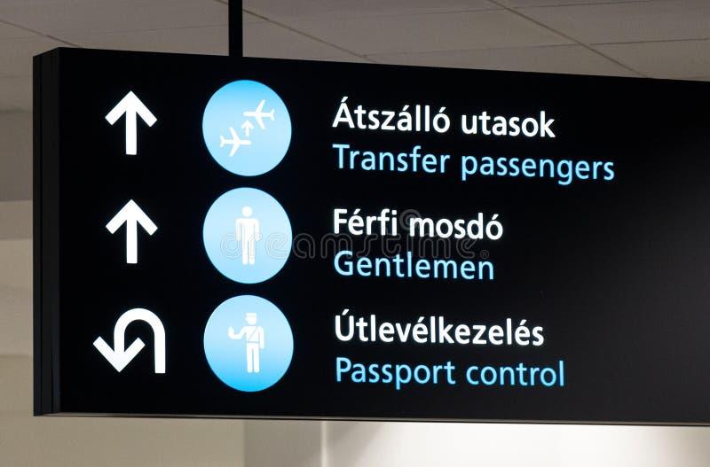 Знак о паспортном контроле в авиапорте Будапешта стоковые фотографии rf