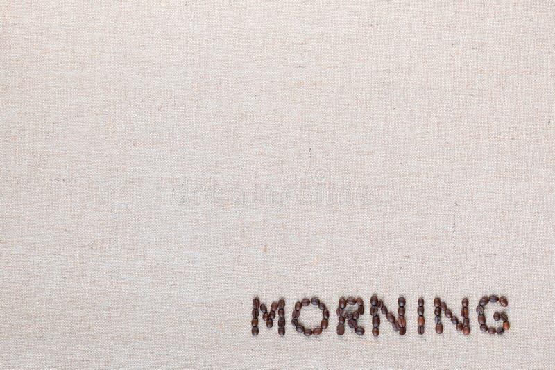 Знак письма утра от кофейных зерен изолированных на текстуре linea, выровнял нижнее правое стоковое изображение rf