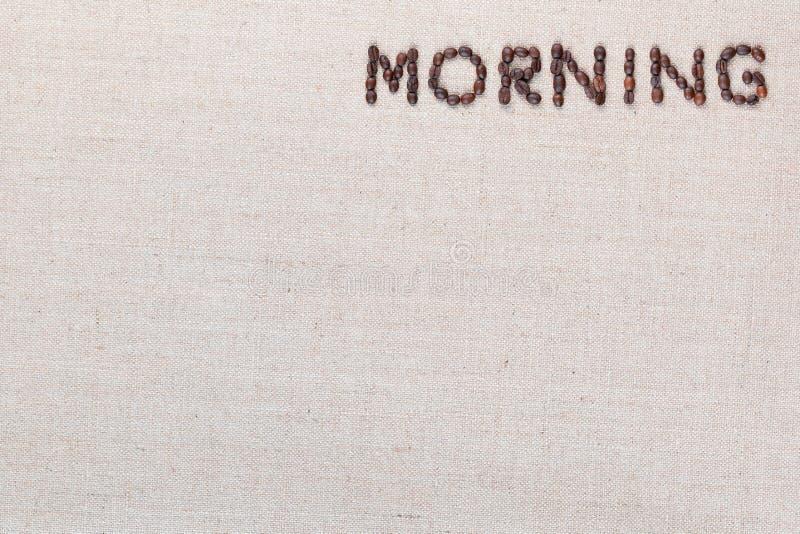 Знак письма утра от кофейных зерен изолированных на текстуре linea, выровнял верхнее правое стоковая фотография