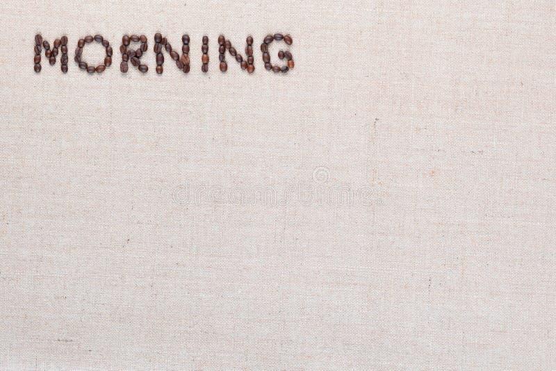 Знак письма утра от кофейных зерен изолированных на текстуре linea, выровнял верхнее левое стоковые фото
