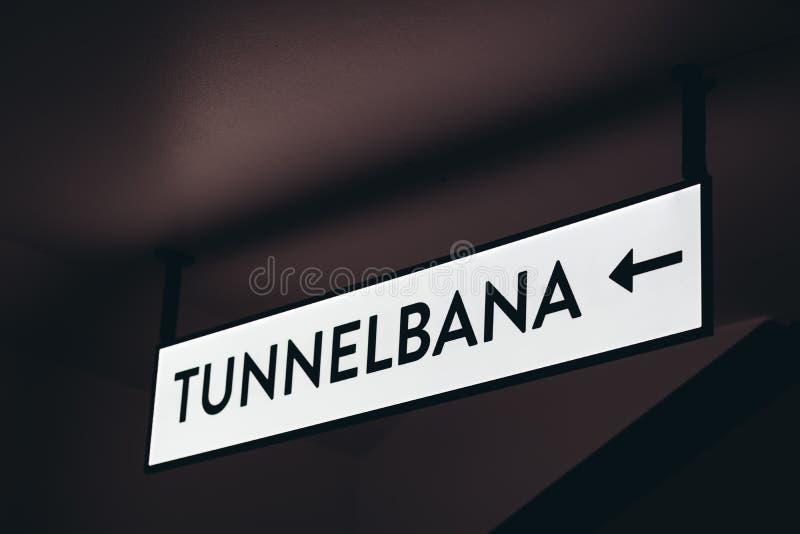 Знак показывая путь к метро в шведском стоковая фотография
