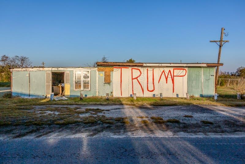 Знак политического Трампа нарисован на сельском здании в Виргинии стоковое фото rf