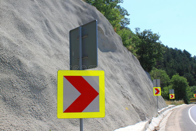 Знак правоповоротный стоковое изображение