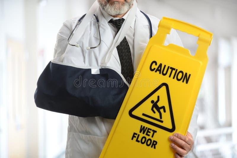 Знак предосторежения доктора Wearing Локтя Слинга Holding стоковое изображение rf
