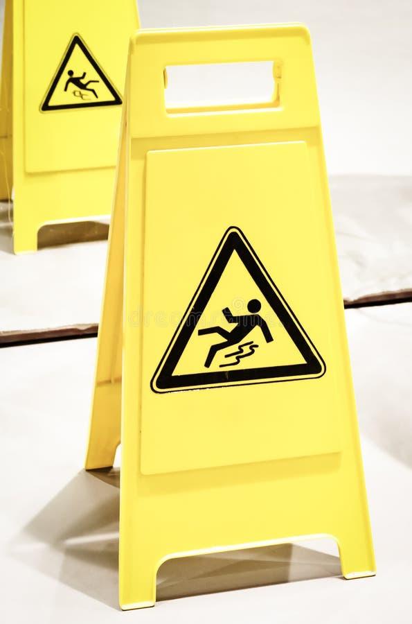 Знак предосторежения скользкий поверхностный стоковые изображения