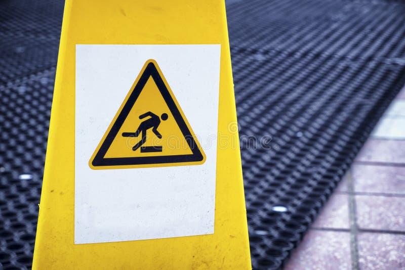 Знак предосторежения скользкий поверхностный стоковое фото