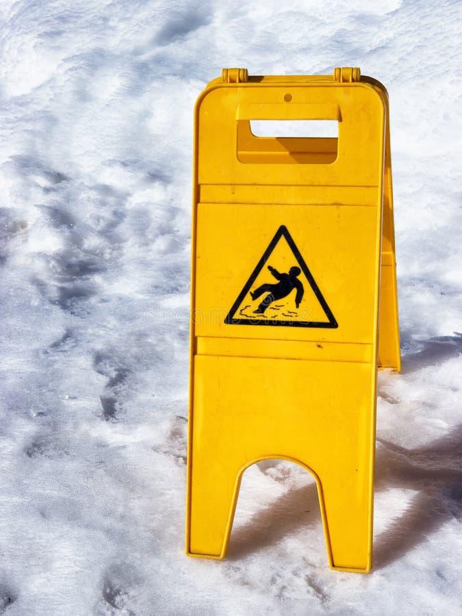 Знак предосторежения скользкий поверхностный стоковая фотография