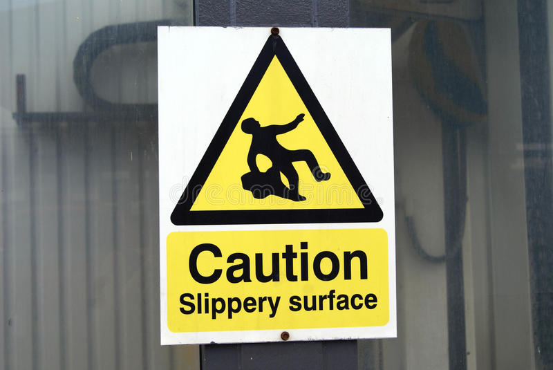 Знак предосторежения скользкий поверхностный стоковое изображение rf