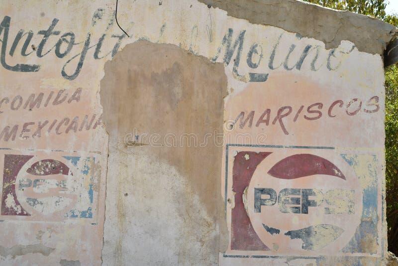 Знак призрака рекламы покрашенный на стене Baja, Мексике стоковая фотография rf