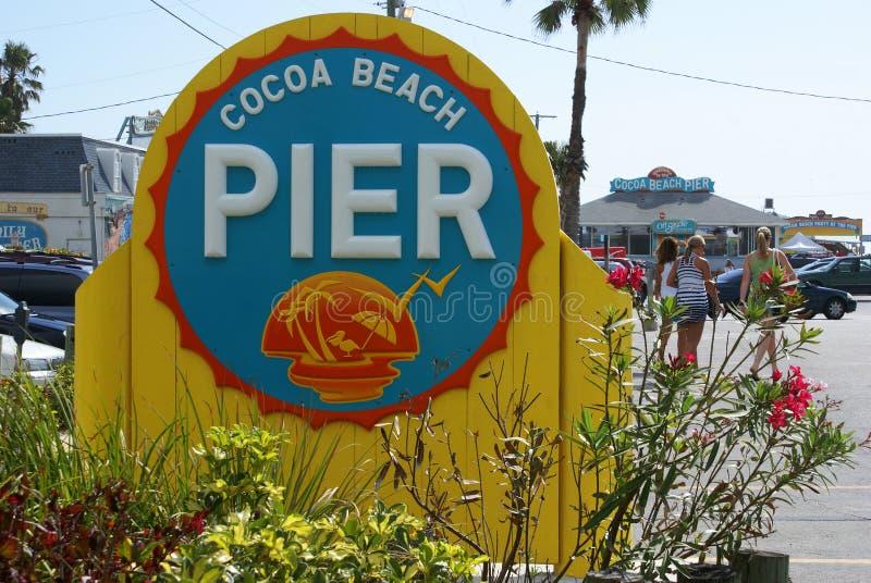 знак пристани какао пляжа стоковые фотографии rf