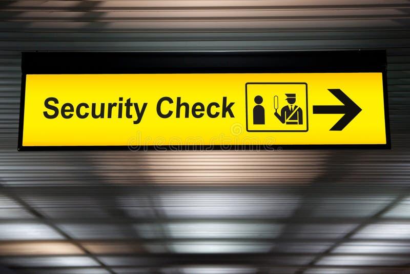 Знак проверки безопасности вися от потолка крупного аэропорта стоковое фото rf