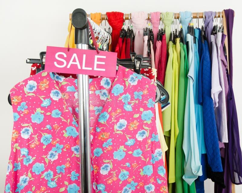 Download Знак продажи для одежд лета Стоковое Изображение - изображение насчитывающей женщина, конструкция: 41662337