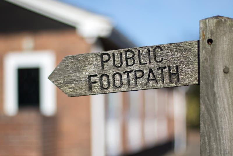 знак публики footpath Доступ полосы отчуждения через частное свойственное стоковое фото