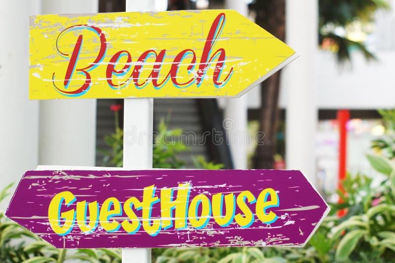 Знак пляжа и дома для приезжих стоковое фото rf