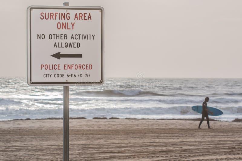 Знак пляжа на Oceanfront Virginia Beach с серфером стоковая фотография rf