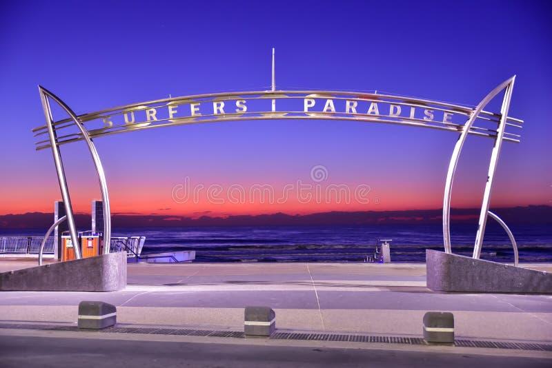 Знак рая серферов на времени восхода солнца стоковые фото