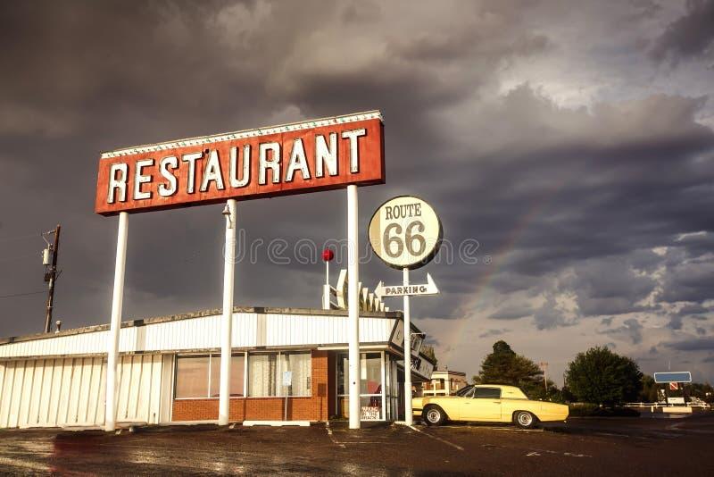 Знак ресторана вдоль трассы 66 стоковые изображения rf