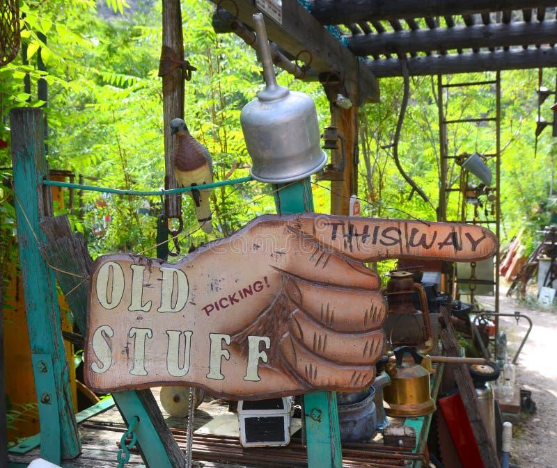 Знак руки указывая путь к антиквариатам стоковая фотография rf