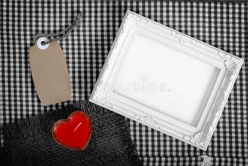 Знак сердца пустой белой рамки следующий красный от свечи и бумага маркируют стоковое изображение