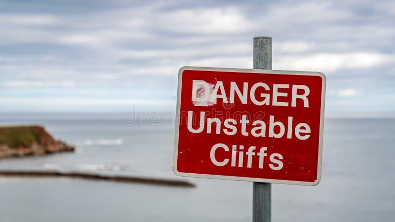 Знак: Скалы опасности неустойчивые стоковое изображение