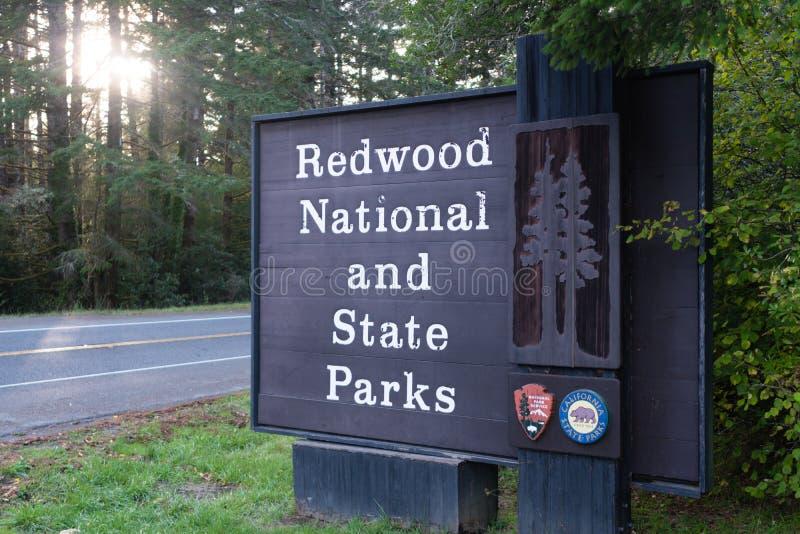 Знак соотечественника Redwood и входа Калифорнии парков штата стоковые фото