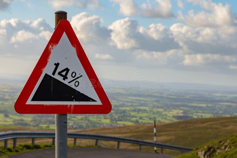 Знак: Спуск 14% стоковое фото