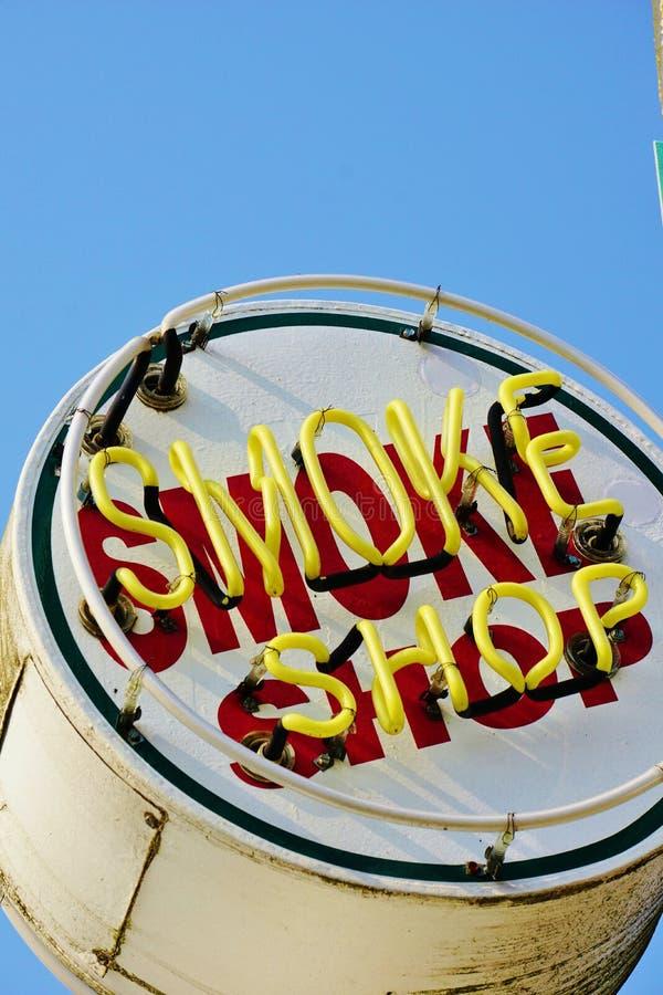 Знак старого металла покрашенный и неоновый дыма магазина стоковая фотография