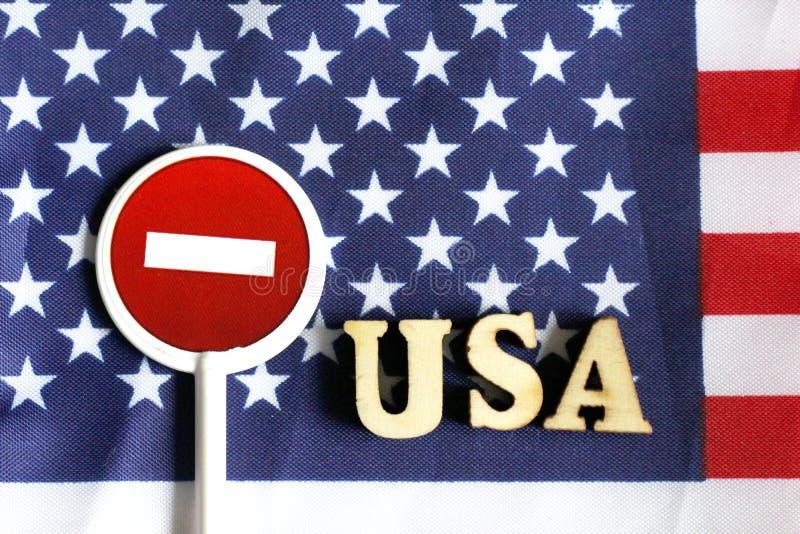 Знак стопа дороги на предпосылке флага Америки стоковое изображение rf