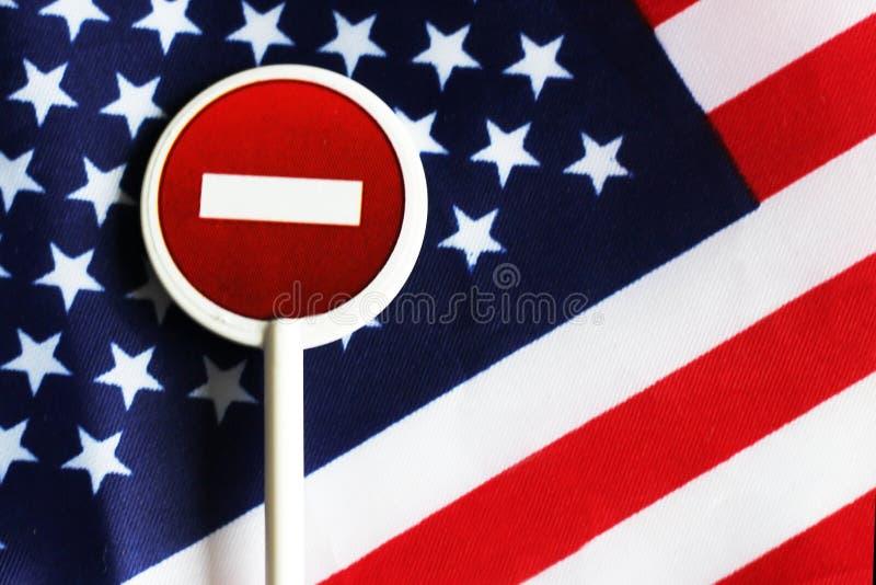 Знак стопа дороги на предпосылке флага Америки стоковые фотографии rf