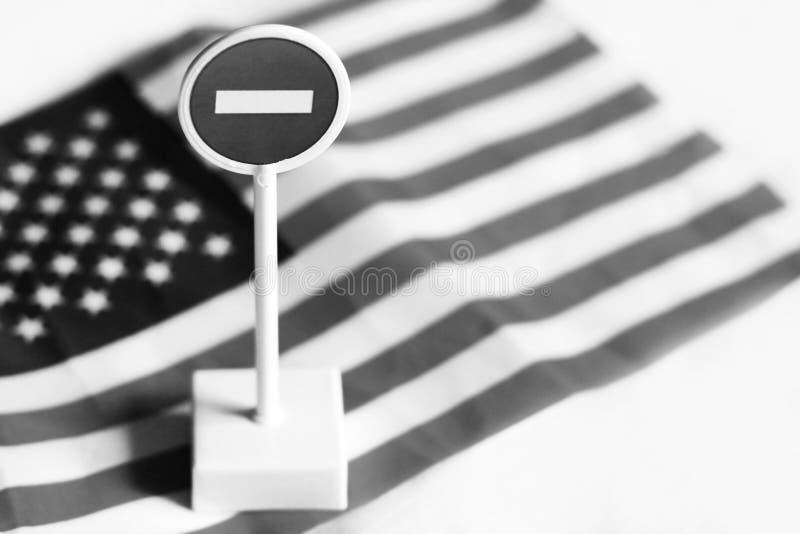 Знак стопа дороги на предпосылке флага Америки стоковое фото