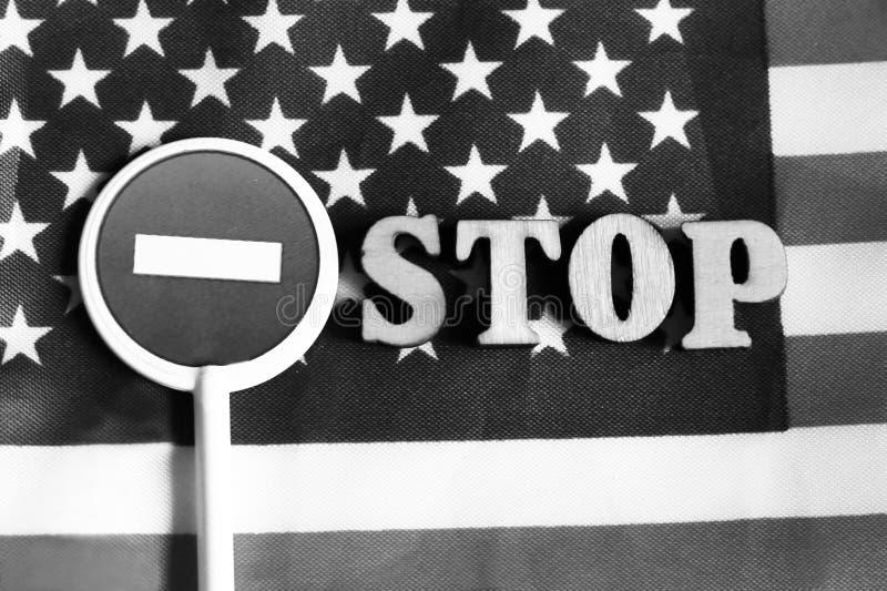 Знак стопа дороги на предпосылке флага Америки стоковая фотография rf
