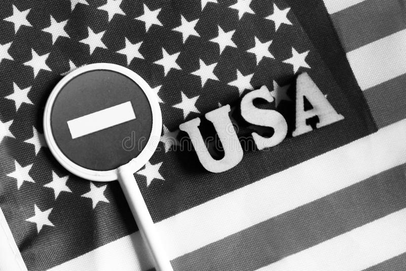 Знак стопа дороги на предпосылке флага Америки стоковое фото rf