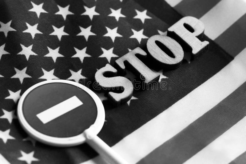 Знак стопа дороги на предпосылке флага Америки стоковое изображение