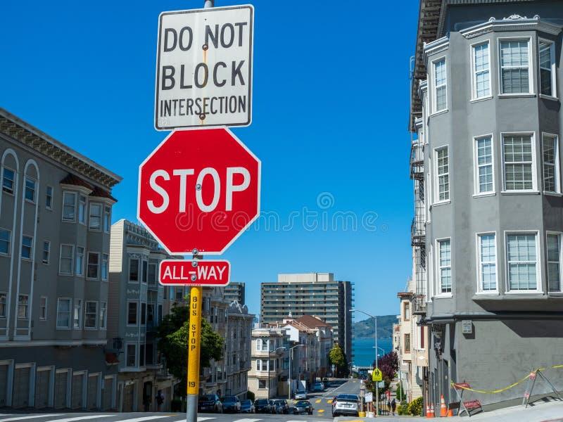 Знак стопа не преграждает взаимодействие вися на столбе в городском городе стоковое фото