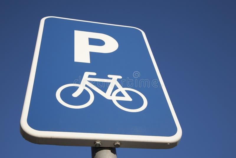 знак стоянкы автомобилей велосипеда стоковая фотография rf