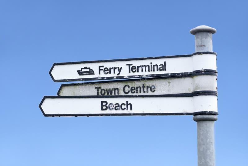 Знак стрелки направления городского центра паромного терминала пляжа стоковое изображение