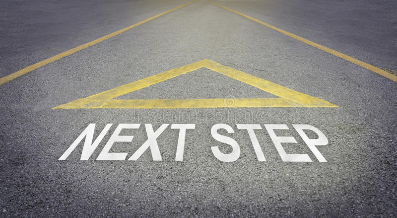 Знак стрелки указывая к передней дороге для следующего шага стоковое изображение