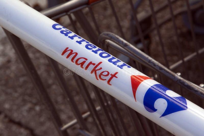 Знак супермаркета carrefour на магазинной тележкае стоковое фото rf