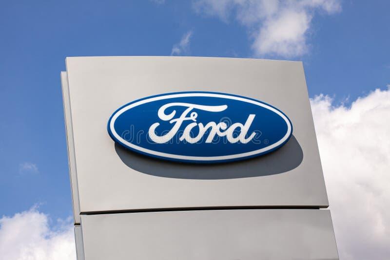 Знак с логотипом компании компании Форд Мотор Американский многонациональный автомобилестроитель стоковые фото