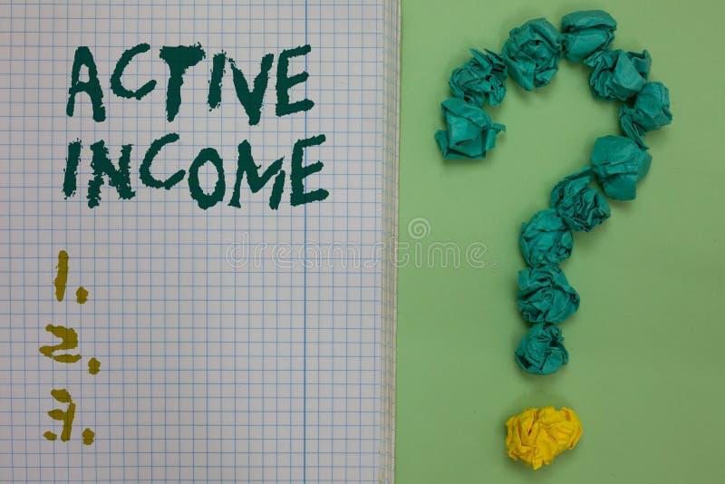 Знак текста показывая активный доход Схематические финансовые инвестиции пенсиям зарплат королевских властей фото наклоняют тетра стоковая фотография