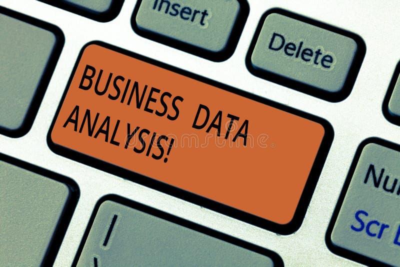 Знак текста показывая анализ коммерческих информаций Схематический процесс фото оценивать данные используя клавишу на клавиатуре  стоковое фото