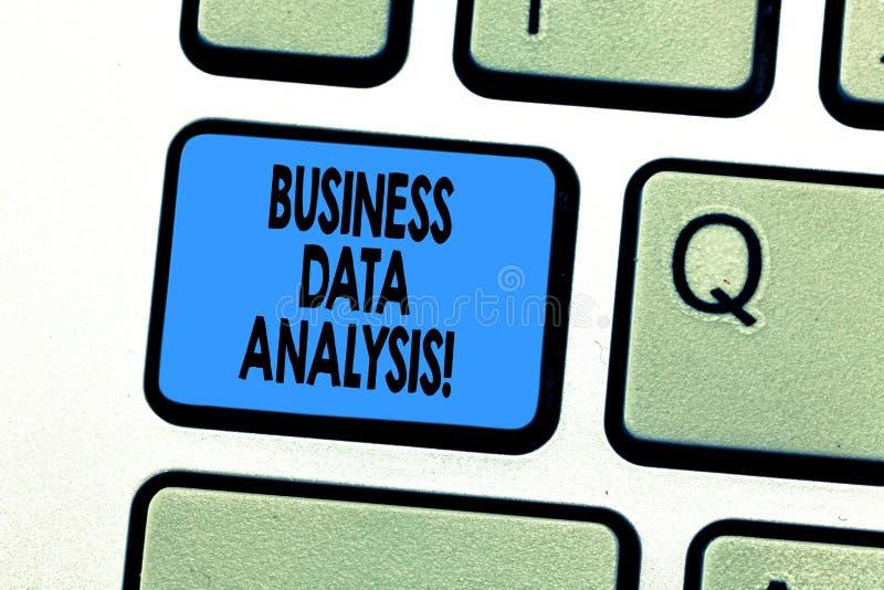 Знак текста показывая анализ коммерческих информаций Схематический процесс фото оценивать данные используя клавишу на клавиатуре  стоковые фото