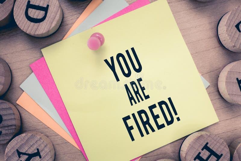Знак текста показывая вас увольнян Схематическое фото выходя от работы и, который стали безработного не конца карьера стоковое фото rf