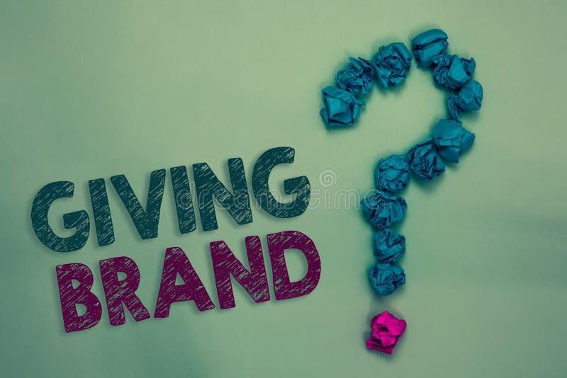 Знак текста показывая дающ бренд Схематическое фото процесс давать имя к продуктам или обслуживаниям компании скомкало бумаги fo стоковая фотография