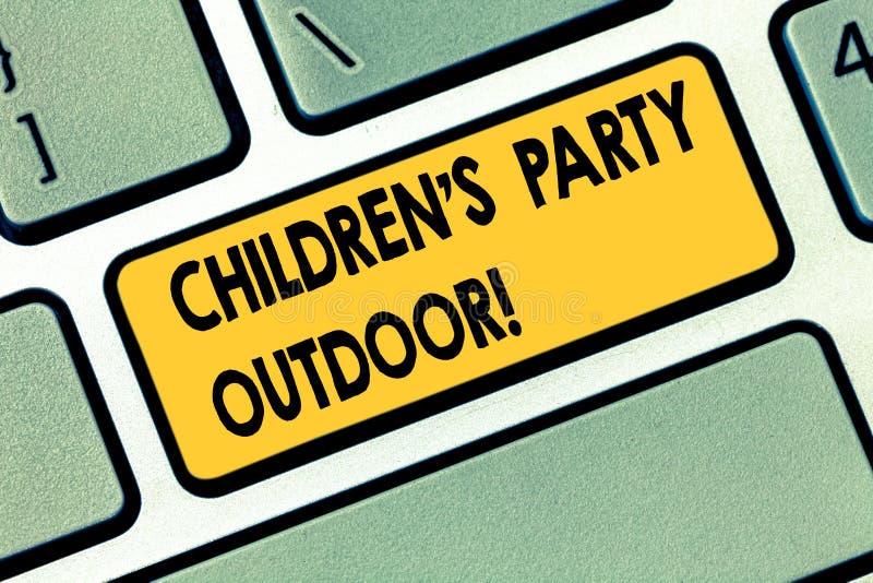 Знак текста показывая детям s партия на открытом воздухе Схематическое праздненство детей фото, который держат вне намерения клав иллюстрация штока