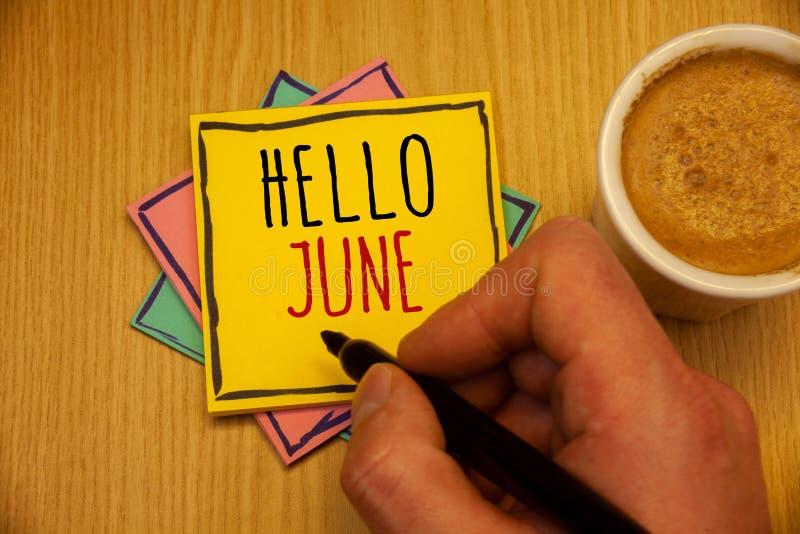 Знак текста показывая здравствуйте! июнь Схематические фото начиная новое сообщение май месяца над пинком b лета startingMan созд стоковые изображения rf