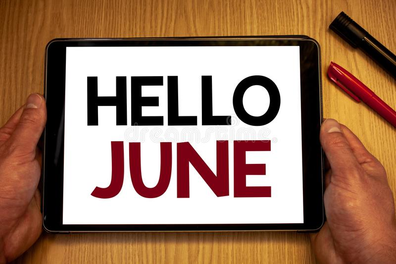 Знак текста показывая здравствуйте! июнь Схематические фото начиная новое сообщение май месяца над владением лета startingMan дер стоковая фотография rf