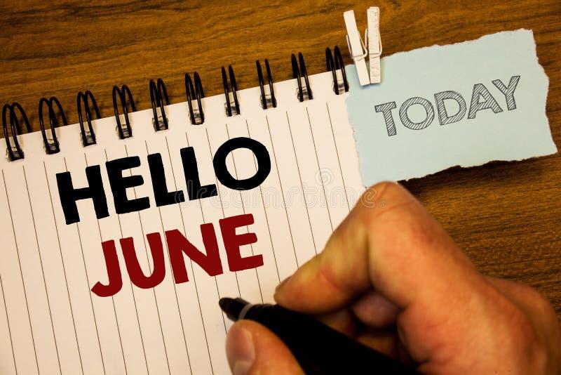 Знак текста показывая здравствуйте! июнь Схематические фото начиная новое сообщение май месяца над создаваться лета startingMan н стоковые изображения rf