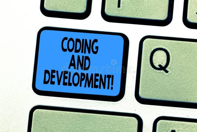 Знак текста показывая кодирвоание и развитие Схематическое фото для программирования или для создания программного обеспечения ил стоковые фотографии rf
