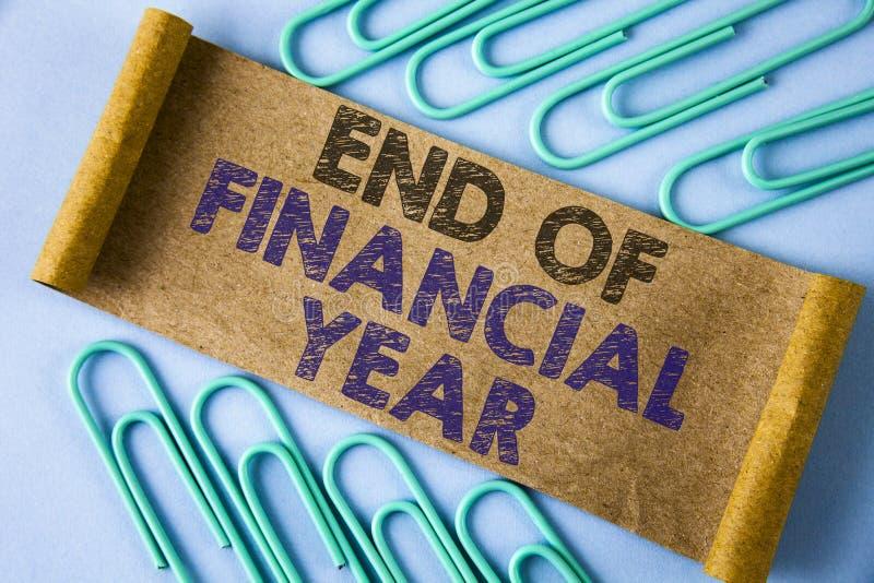 Знак текста показывая конец финансового года Схематическое фото таксирует калькуляционные ведомости базы данных в июне бухгалтери стоковое изображение